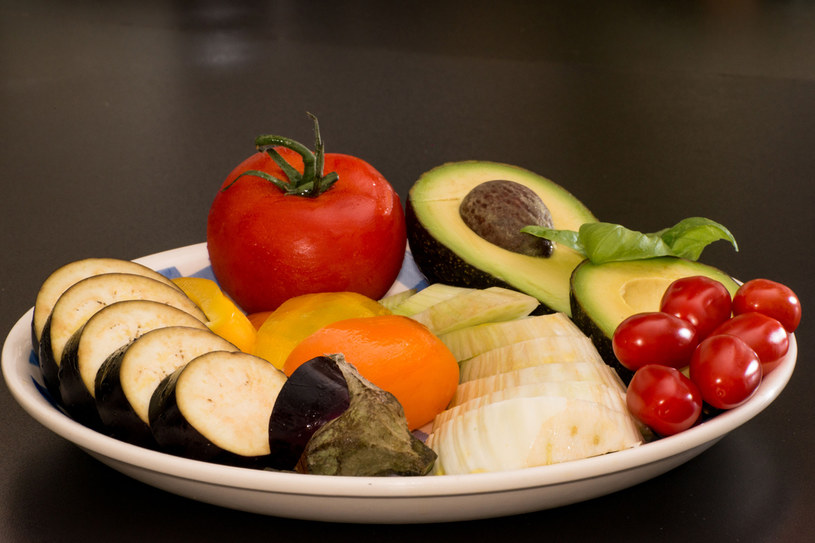 Codziennie jedz świeże warzywa: przygotowywane na parze, duszone, w postaci surówek, zup i soków /© Photogenica