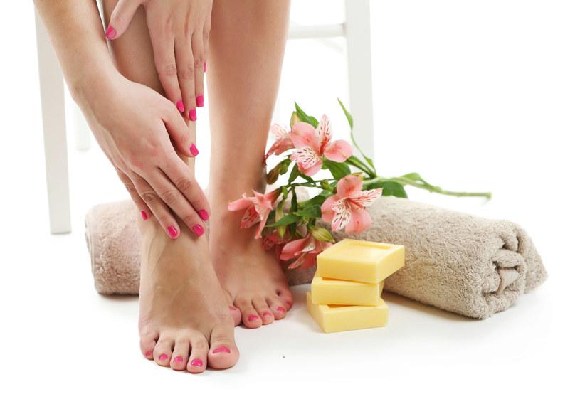 Codziennie myj stopy w chłodnej wodzie. Kąpiel w niskiej temperaturze obkurcza drobne naczynia krwionośne i hamuje pracę gruczołów potowych. /123RF/PICSEL