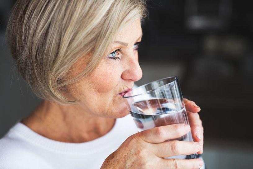 Codziennie należy pić dwa litry wody dziennie /123RF/PICSEL