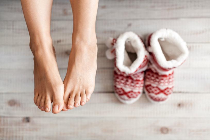 Codziennie pamiętaj o nawilżaniu stóp. Rano i wieczorem stosuj odpowiednie kremy /123RF/PICSEL