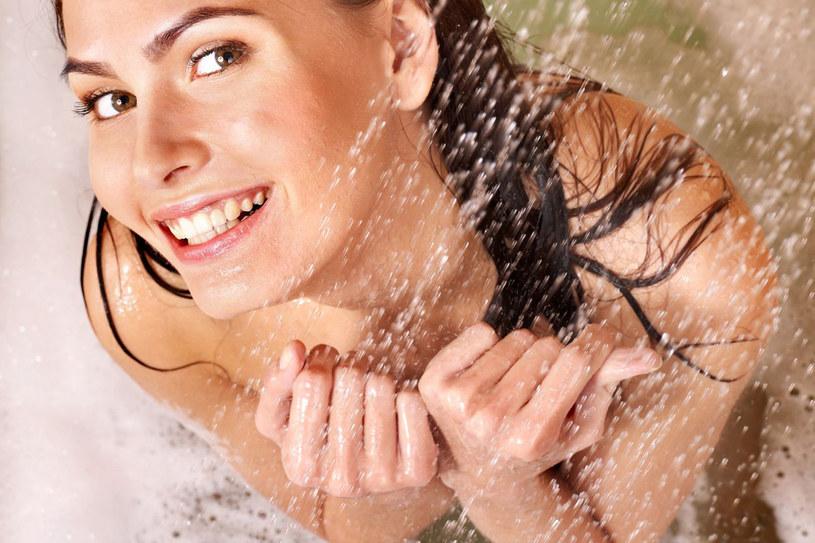 Codziennie rano stosuj naprzemienny ciepły i chłodny strumień wody - pobudza krążenie i przyspiesza metabolizm /123RF/PICSEL