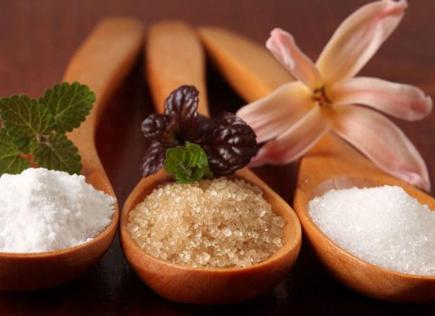 Codziennie spożywamy średnio ok. 100 g cukru, czyli czterokrotnie więcej niż sugerują najnowsze zalecenia. /123RF/PICSEL