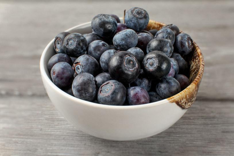 Codziennie warto zjeść co najmniej dwie porcje borówek amerykańskim /123RF/PICSEL