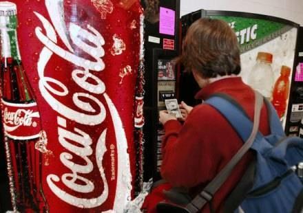 Cola, chipsy i batony są wyrzucane ze szkół na całym świecie /AFP