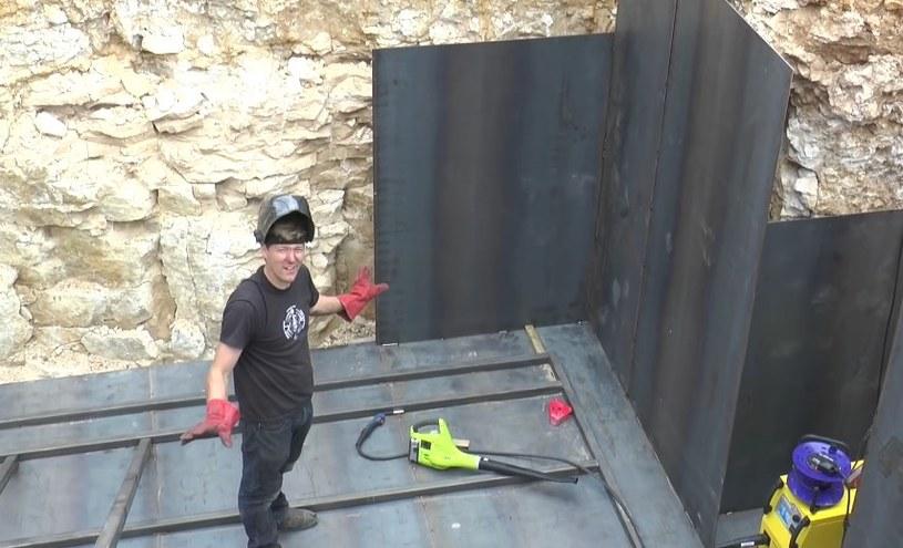 Colin podczas budowy bunkra. Sam go zaprojektował i osobiście nadzorował wszystkie prace /YouTube
