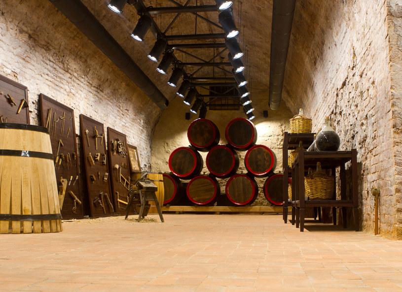 Commandaria fermentuje naturalnie w drewnianych beczkach /Picsel /123RF/PICSEL