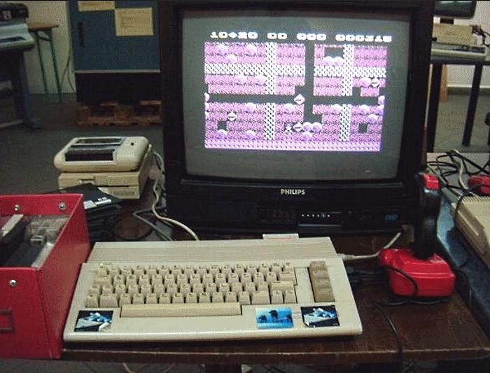 Commodore 64 z odtwarzaczem kaset i joystickiem - marzenie wielu młodych ludzi na przełomie lat 80 i 90 /INTERIA.PL