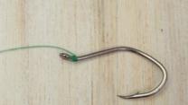 ¿Cómo atar los anzuelos a una caña de pescar?