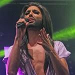 Conchita Wurst śpiewa z odsłoniętym torsem. Same kości!