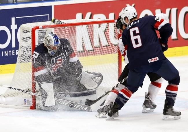 Connor Hellebuyck w bramce USA podczas meczu ze Szwajcarią /PAP/EPA