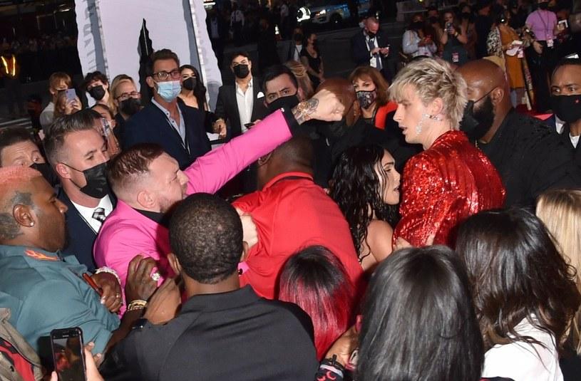 Conor McGregor (po lewej w różowym garniturze) /REX/Shutterstock;  /East News