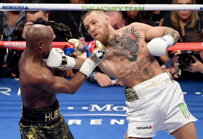 Conor McGregor (z prawej) zasłużył na ciepłe słowa prezydenta UFC Dana White'a /AFP