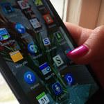 Coraz bardziej uzależnieni od smartfonów. Najnowszy raport