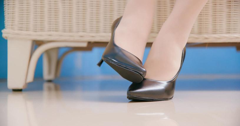 Coraz częściej zakażamy się grzybicą stóp /123RF/PICSEL