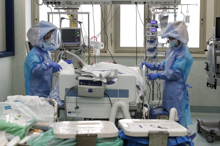 Coraz mniej chorych trafia do szpitali, w tym na oddziały intensywnej terapii /GIUSEPPE LAMI /PAP/EPA