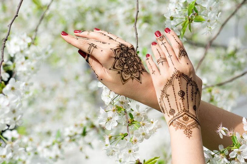 Coraz popularniejsze są tatuaże z henny /123RF/PICSEL