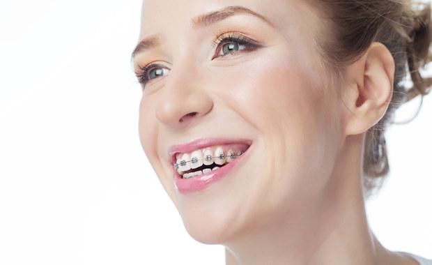 Coraz więcej dorosłych decyduje się na leczenie ortodontyczne. Czy to nie za późno?