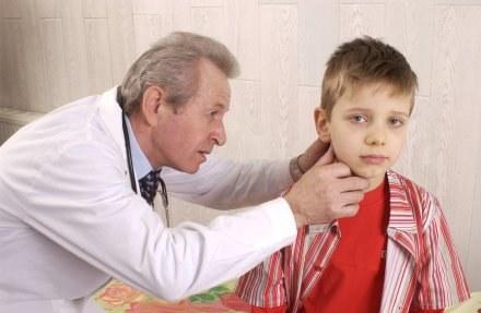 Coraz więcej dzieci ma problemy ze słuchem /© Bauer