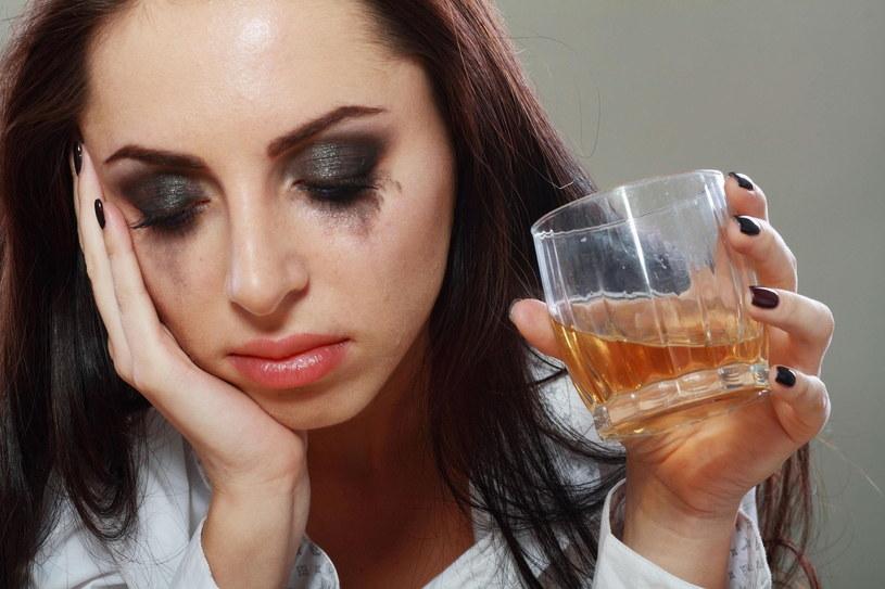 Coraz więcej osób zestresowanych swoją pracą sięga po alkohol