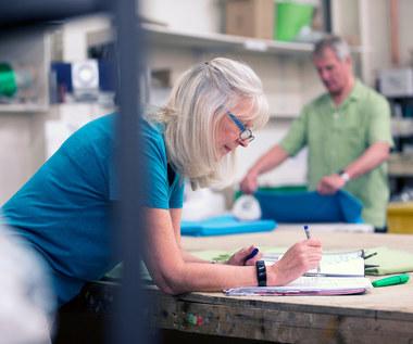Coraz więcej seniorów na rynku pracy: Przymus czy pasja?