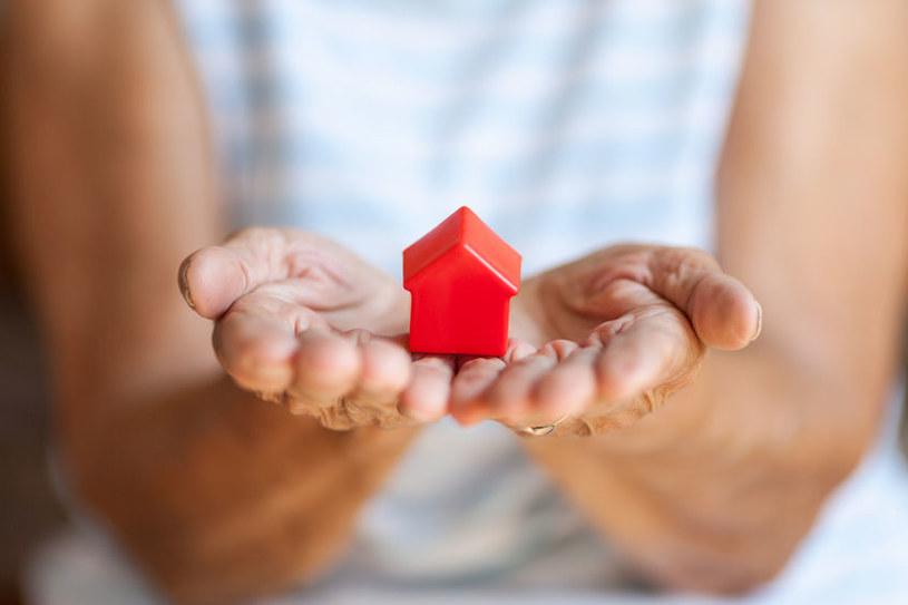 Coraz więcej seniorów oddaje mieszkania w ramach tzw. umowy dożywocia /123RF/PICSEL