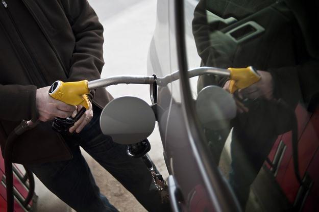 Coraz większa liczba kierowców tankuje benzynę /AFP