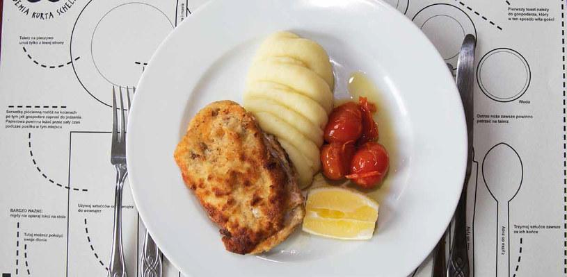Cordon bleu z ziemniakami puree i pomidorkami /materiały prasowe
