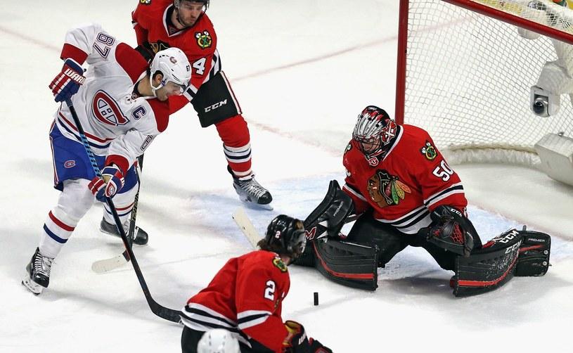 Corey Crawford z Chicago Blackhawks broni strzał Maksa Pacioretty'ego z Montreal Canadiens. /AFP