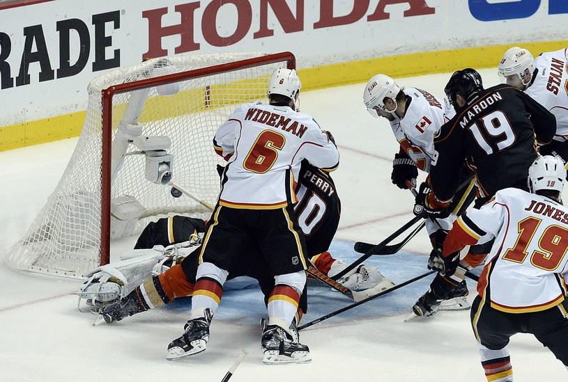 Corey Perry (nr 10) strzela zwycięskiego gola dla Anaheim Ducks /AFP