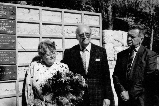 Córka H. Sławika - Krystyna z H. Zimmermannem (w środku) w Yad Vashem (6 listopada 1990)* /