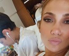 Córka J.Lo przeszła sporą metamorfozę! Zamiast naturalnych loków wybrała niebieskie szaleństwo