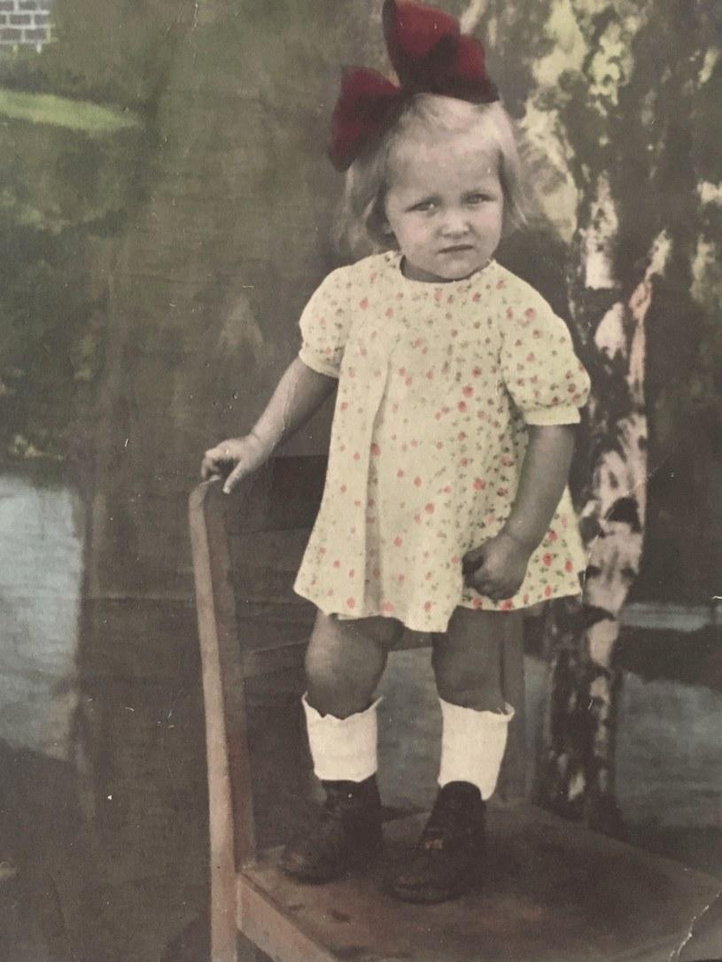 Córka pani Leokadii, Jola, w bucikach wykonanych z butów wojskowych przez kolegę męża Leokadii w Berlinie. Fot. Archiwum rodzinne /Styl.pl/materiały prasowe