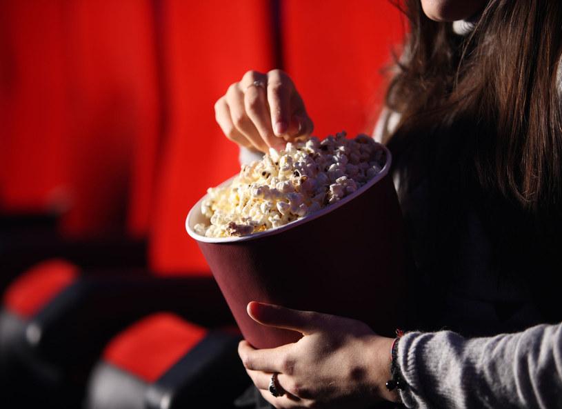 Córka zamiast do szkoły, chodzi do kina /123RF/PICSEL