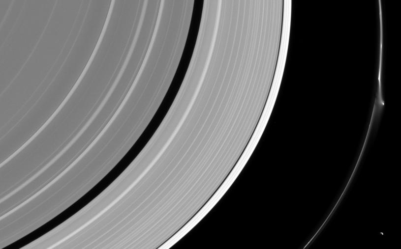 Coś zakłóciło strukturę jednego z pierścieni Saturna /NASA