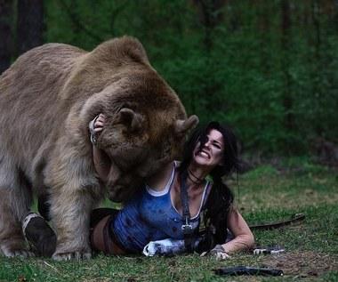 Cosplay: Lara Croft w objęciach niedźwiedzia