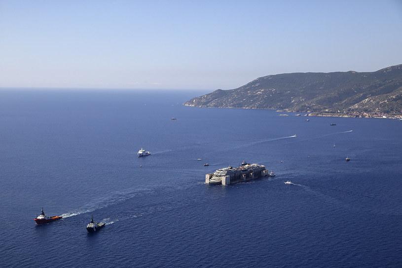 Costa Concordia opuszcza wyspę Giglio /AFP