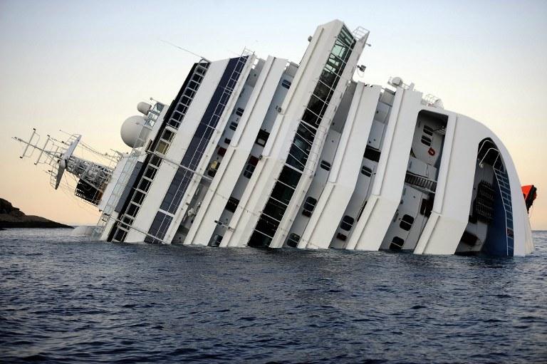 Costa Concordia po katastrofie /AFP
