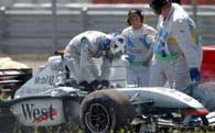 Coulthard opuszcza rozbity bolid po kolizji z Montoyą