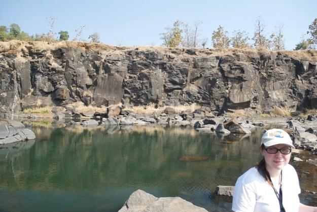 Courtney Sprain na tle skał w rejonie Jawhar Formation na północ od Mumbaju /Fot. Loyc Vanderkluysen /Materiały prasowe