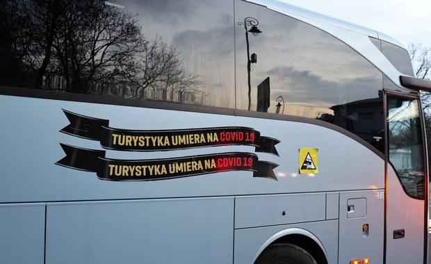 """""""Covid-19 jeszcze nas nie zabił, ale długo nie pożyjemy"""". Protest przewoźników w kilku miastach"""
