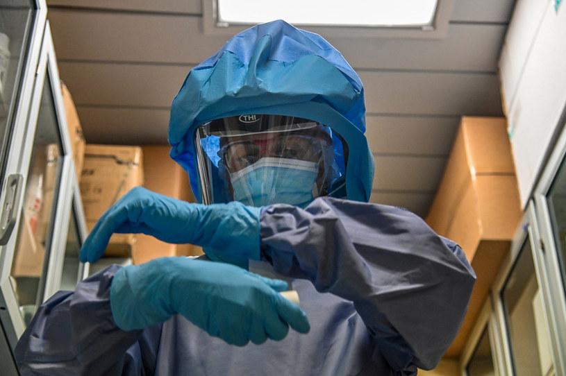 COVID-19 może powodować trwające przez wiele miesięcy dolegliwości tarczycy /ANDREAS SOLARO / AFP /AFP