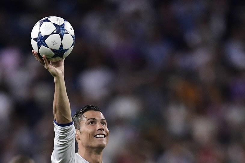 CR7 prezentuje piłkę, którą zabierze do domu na pamiątkę po hat-tricku z Bayernem Monachium /AFP
