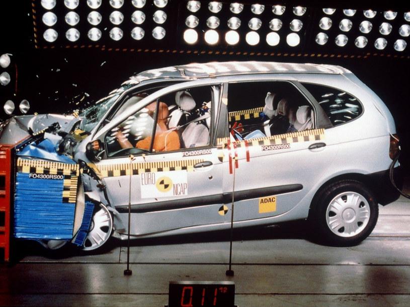 Crash testy wykonywane przez Euro NCAP są przeprowadzane przy prędkości maksymalnej 64 km/godz  /AFP