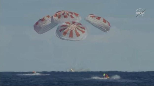 Crew Dragon firmy Space X ląduje w Atlantyku /Materiały prasowe