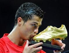 Cristiano Ronaldo całuje Złotego Buta, nagrodę dla najlepszego strzelca