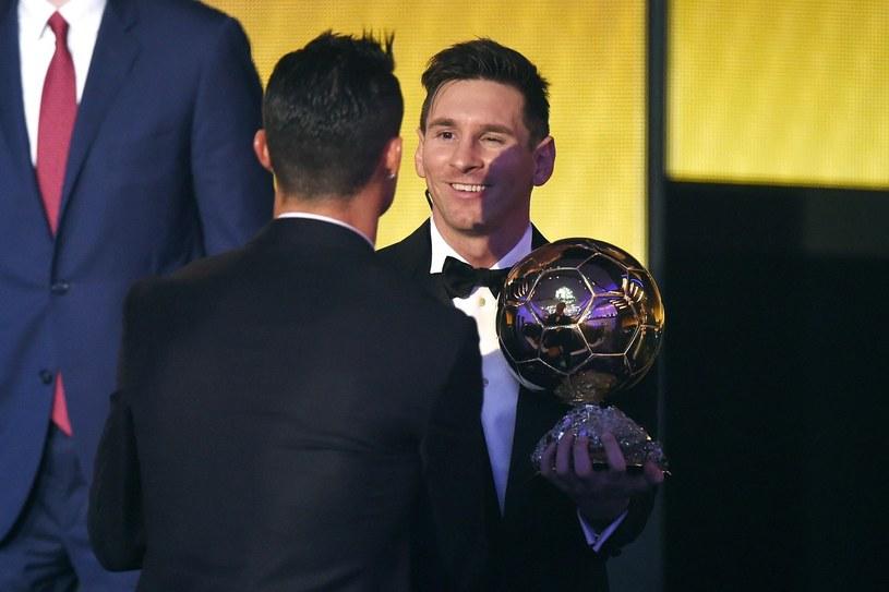 """Cristiano Ronaldo gratuluje Lionelowi Messiemu zdobycia """"Złotej Piłki"""" za 2015 rok /AFP"""