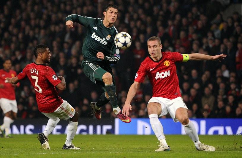 """Cristiano Ronaldo hasał między obrońcami Manchesteru United. Niemcy nie chcą sponsorować """"wroga"""" z Realu. /AFP"""