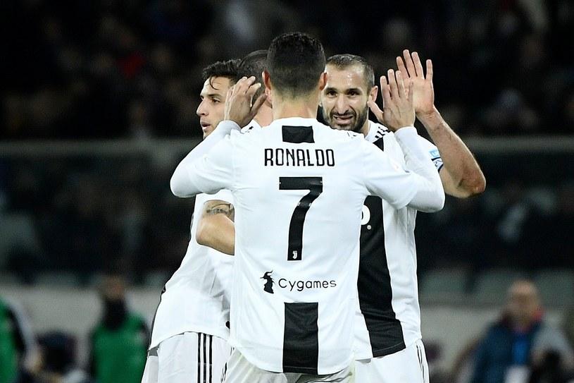 Cristiano Ronaldo i gratulujący mu Giorgio Chiellini strzelili po golu /AFP
