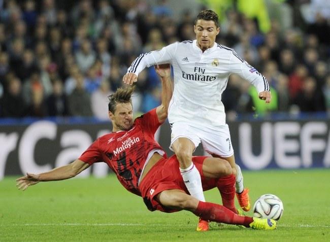 Cristiano Ronaldo i Grzegorz Krychowiak /PAP/EPA/FACUNDO ARRIZABALAGA /PAP/EPA