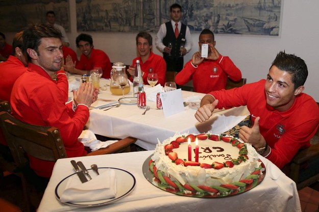 Cristiano Ronaldo i jego efektowny tort urodzinowy. /PAP/EPA